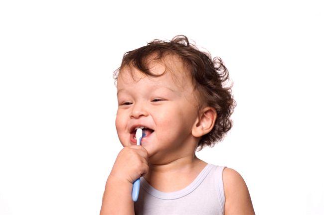 مسواک کردن دندانهای کودک