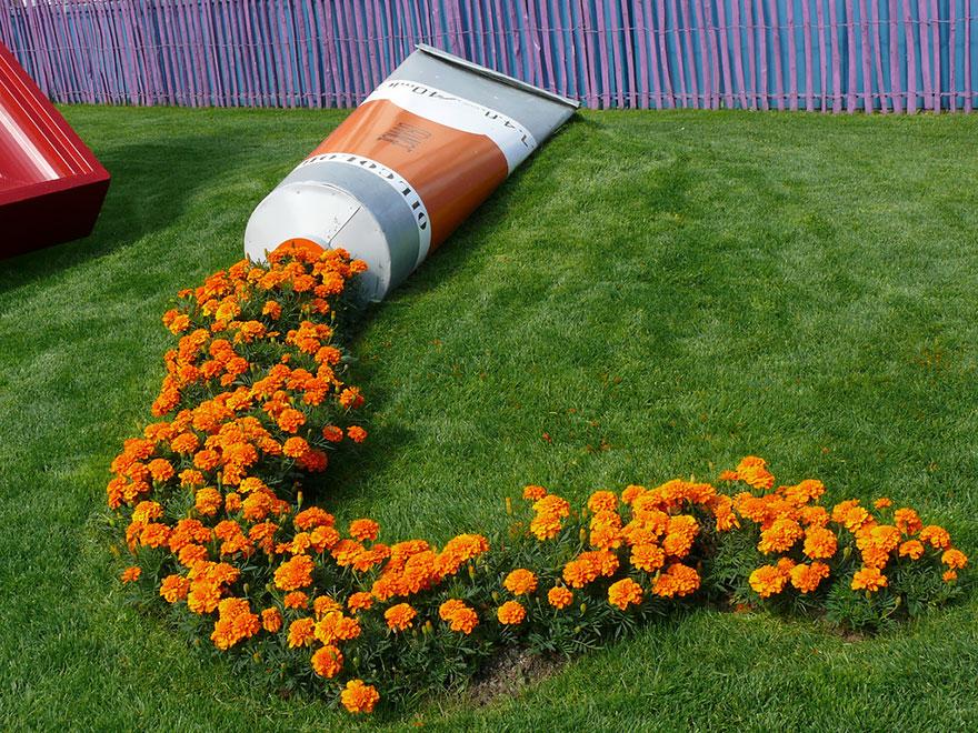 ترکیب زیبا و خلاقانه گل و گلدان در فضای باز