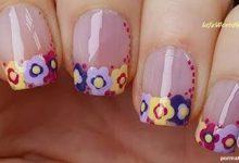 Photo of فرنچ گلهای رنگی رنگی زرد و بنفش روی ناخن