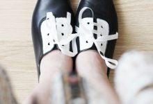 Photo of تغییر ظاهر کفش های ساده مشکی با رنگ سفید