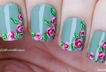 Photo of لاک و طراحی ناخن گل گلی با زمینه سبزآبی