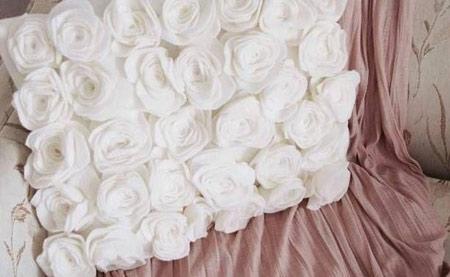 با گل های رز نمدی کوسن بسازید و آن را تزیین کنید